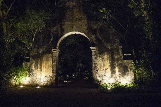 Hacienda San Jose, a Luxury Collection Hotel: Main gate at night