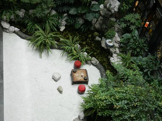 BuddhaZen Hotel: Zen garden on main level