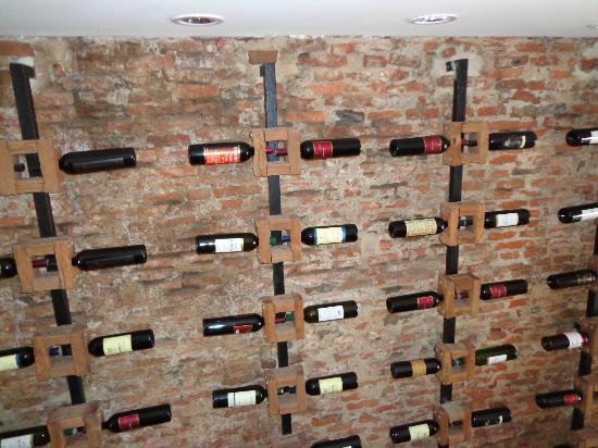 Los Muelles Boutique Hotel: Exposición de vinos de bodegas de la zona