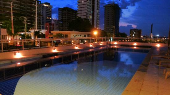 Quality Hotel Manaus: The lovely swimming pool at sunset