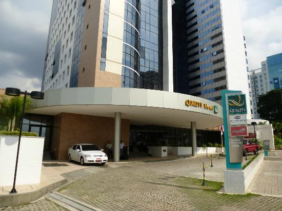 Quality Hotel Manaus: Front entrance to the hotel