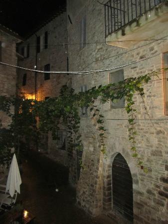 Roma Hotel: dalla nostra stanza si vedeva questo incantevole vicolo di Assisi