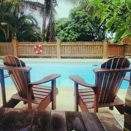 Vert-Intense : vue sur la piscine (prise d'une chambre)