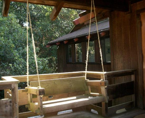 Osprey Peak Bed & Breakfast: Swing on Front Deck