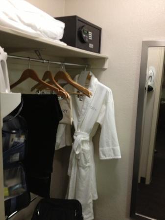 Capitol Hill Hotel: cofre e roupão a disposição em pequeno espaço antes do banheiro