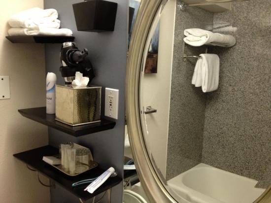 Capitol Hill Hotel: banheira, amenities muito bons e muitas toalhas