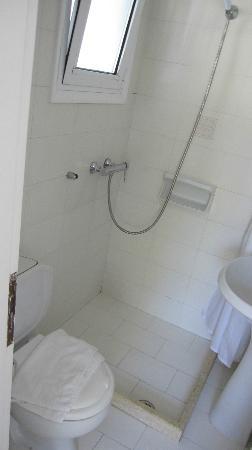 Geranium Residence: clean facilities, but very small bathroom 