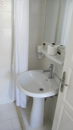 Geranium Residence: simple and small bathroom 
