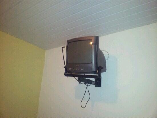 Pousada do Corsario: Televisão 14 polegadas, em suporte perigoso