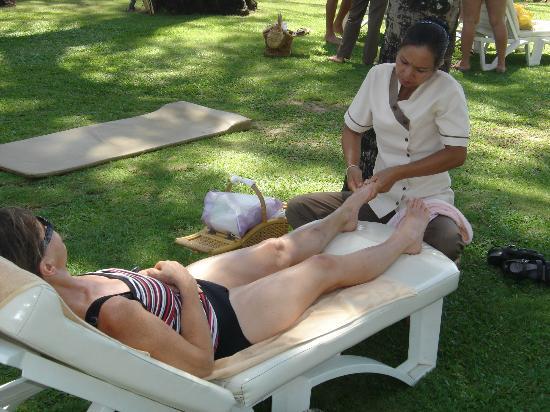 كاتاثاني بوكيه بيتش ريزورت: Best foot massage I've ever had - 400 baht for 1 hour 
