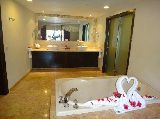 Majestic Elegance Punta Cana: Sink area with doors of the second bathroom and walk-in shower on the right