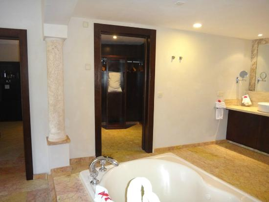 Majestic Elegance Punta Cana: Walk-in closet with extra pillows