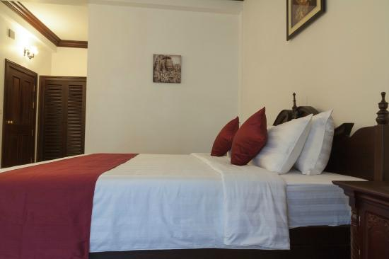 Chateau d'Angkor La Residence: SUITE ROOM