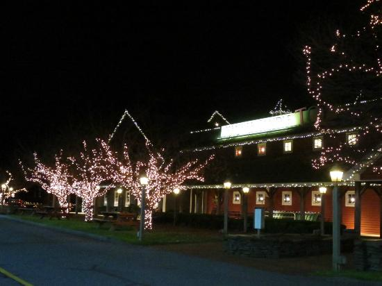 Yankee Candle Flagship Store: Beautful lights at the holidays