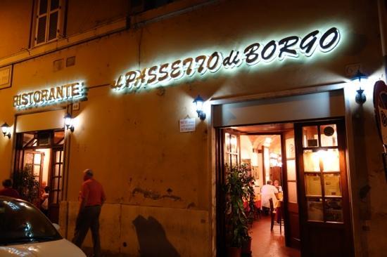 da Roberto al Passetto di Borgo: On a side street corner - welcoming