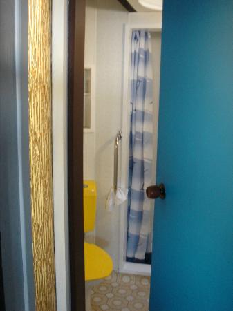 Sandcastle Motel: Shower & yellow toilet