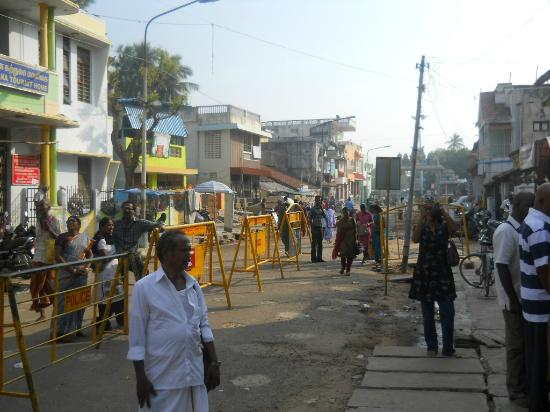 Karaikal, India: Street view in front of the temple