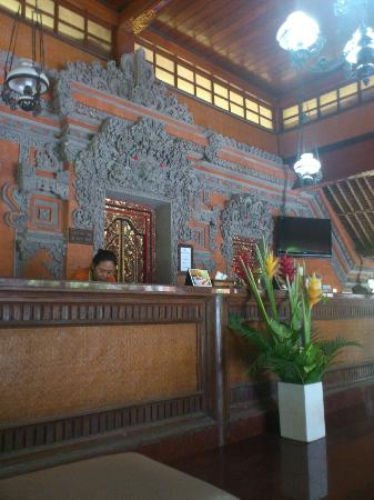 Puri Dewa Bharata Hotel & Villas : Beautifully carved entrance/reception