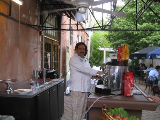 La Reggia Restaurant and Banquets: Lo chef Enzo al lavoro