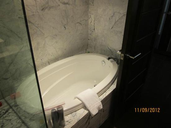 Koa Kea Hotel & Resort: Separate soaking tub.