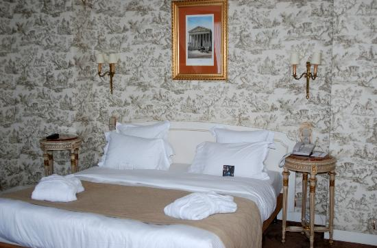 Hotel Mayfair Paris: King Bed, Toile fabric walls