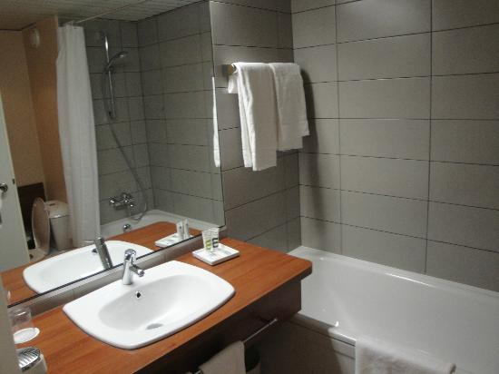 Mercure Hotel Hamburg am Volkspark : Bathroom in standard double room