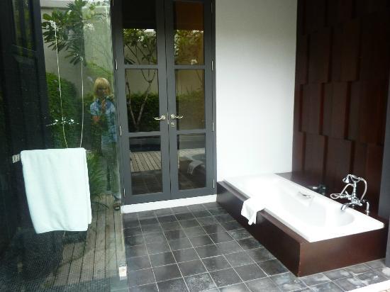Sofitel Luang Prabang Hotel: Ванная под открытым небом