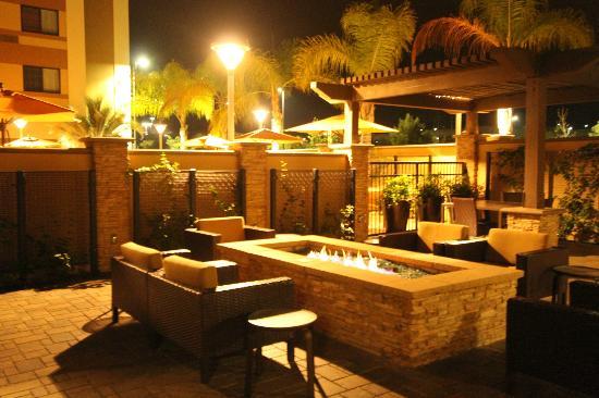 Courtyard San Diego Oceanside: out door seating pool area