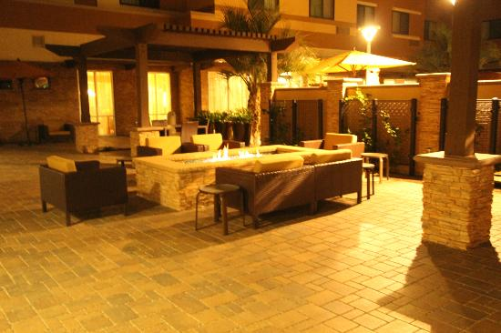 Courtyard San Diego Oceanside: conversation fire pit side