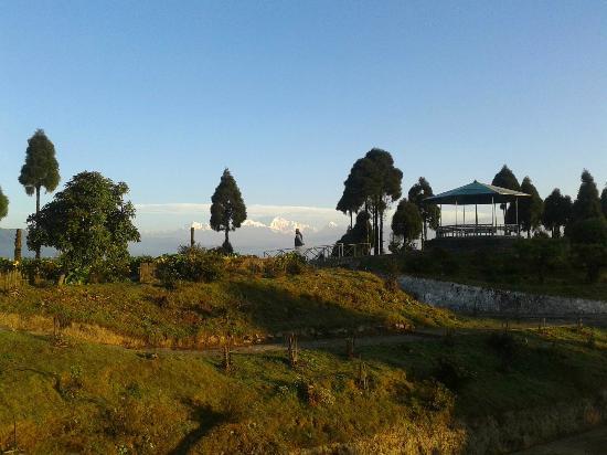 Jorepokhari Tourist Lodge: A panaromic view from Jorepokhri Tourist Lodge garden