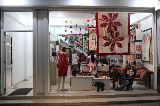 Blue Elephant Tourist Guest House: batik shopping center