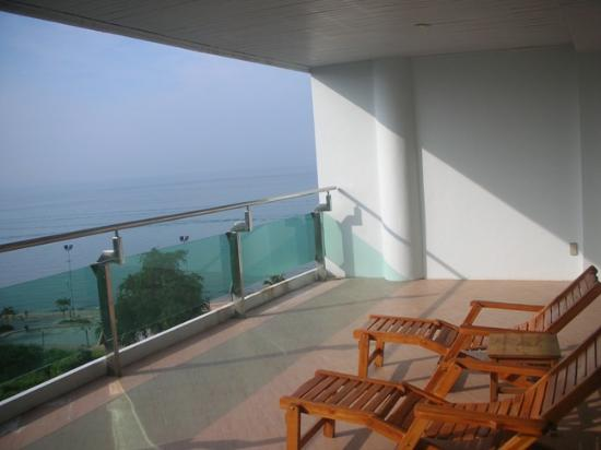 Royal Beach View Hotel: Big Balcony with beach chairs