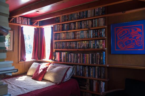 InnChanter Bed & Breakfast: The Library room