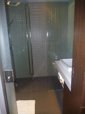 Galleria 10 Sukhumvit: Bathroom with shower