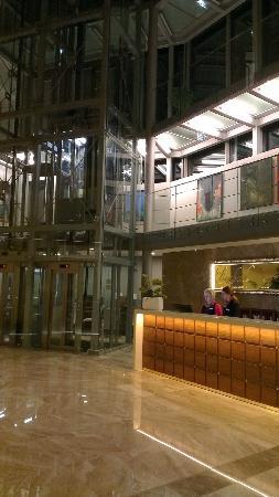 Hotel Elizabeth: Lobby lifts