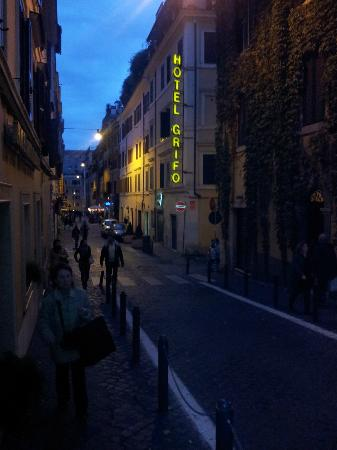 Hotel Grifo: Улица del Boschetto вечером