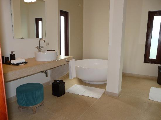 Essque Zalu Zanzibar: Downstairs ensuite bathroom