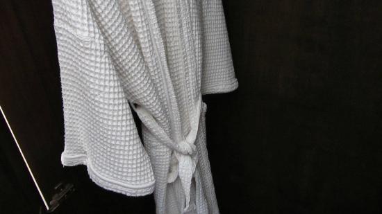 Aroon Residence Vientiane: bathrobe