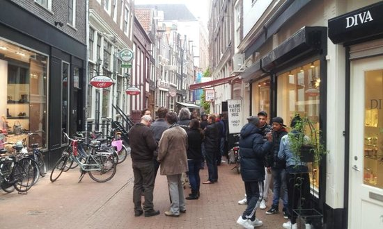 Vlaams Friteshuis Vleminckx : lining up outside