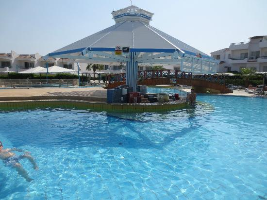 Dreams Beach Resort: pool bar which was open