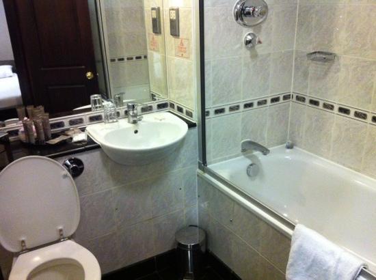 Grange White Hall Hotel: salle de bain de chambre canapé/lit + lit double