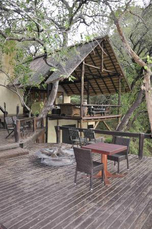 Pondoro Game Lodge: The outside deck