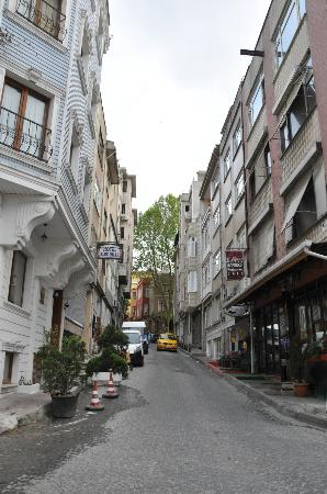 Ada Hotel Istanbul : Vue sur rue a côté de l'hôtel