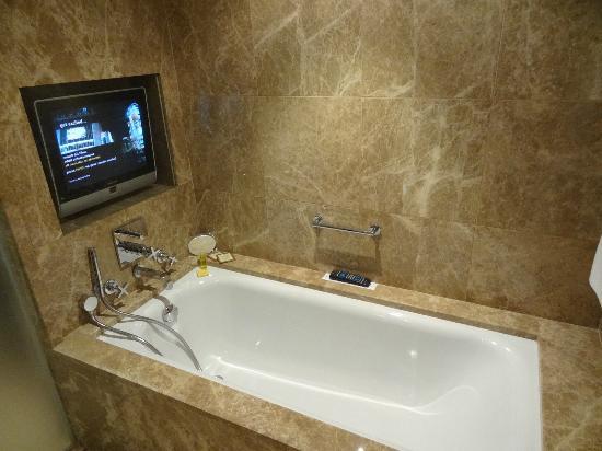 Hyatt Regency Kiev: Marble bathroom in the Junior Suite