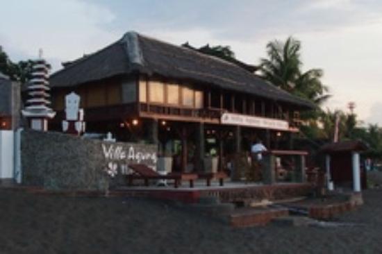 Villa Agung Beach Inn : beach front