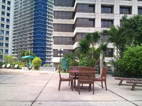 Crowne Plaza Manila Galleria: hotel pool area shared with the Holiday Inn (background)