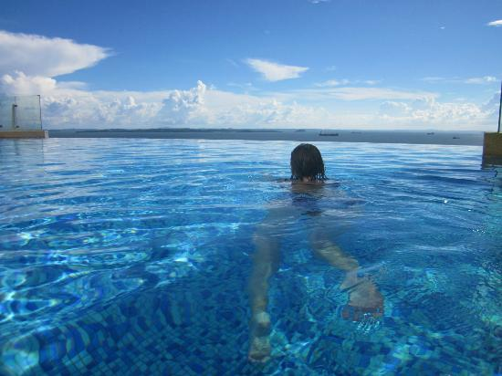 Four Points by Sheraton Sandakan: Swimming over the edge?