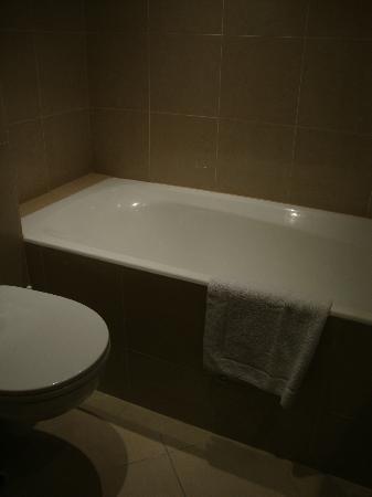 Hotel Albe Bastille: Petite baignoire (espace optimisé)