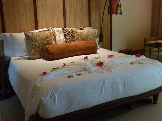 Constance Ephelia: beautifully decorated bed