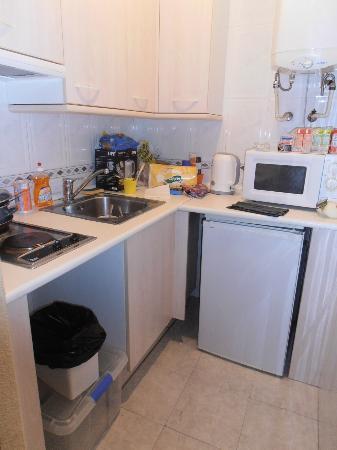 Apartamentos & Suites Internacional: Así es realidad la cocina, nada que ver con las fotos que ilustran su pagina web.